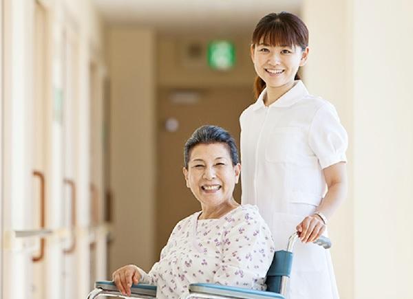 Bảo hiểm sức khỏe dành cho người già hiện đang được nhiều gia đình tin dùng
